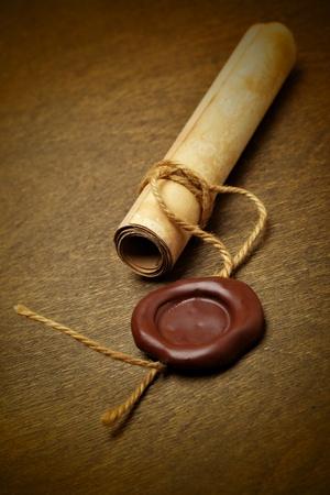 certification: Manuscrito con sello de cera en una mesa de madera Foto de archivo