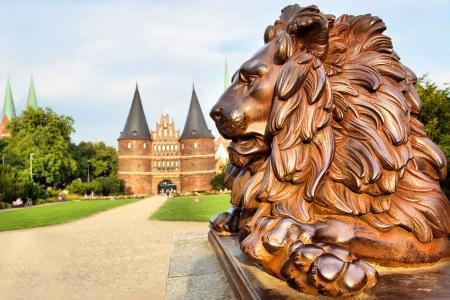 Lion neben Holstein-Tor (erbaut 1478), Lübeck, Deutschland Lizenzfreie Bilder