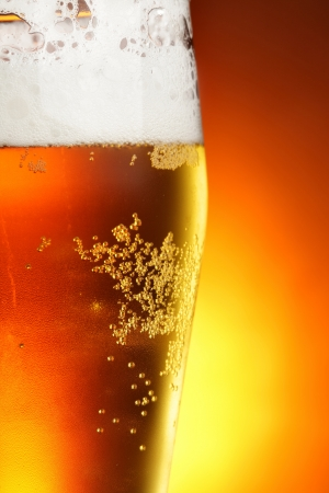 cerveza: Vaso de cerveza con espuma de close-up