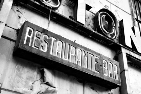 luxacion: Signo de restaurante abandonado. Imagen en blanco y negro Foto de archivo