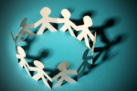 personas ayudando: Equipo de personas de papel
