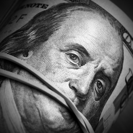 guardar silencio: Rollo de billetes de un dólar de cerca - Dinero mantener concepto silenciosa Foto de archivo