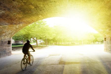 トゥリア庭園で自転車運動でバレンシア サイクリストぼかし 写真素材 - 29120009