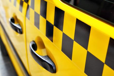 Tür des Taxis mit checker Standard-Bild - 29795581