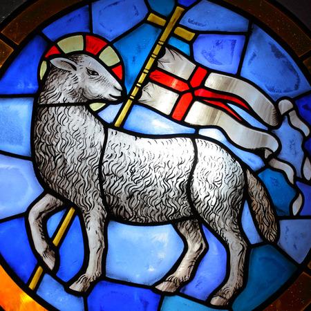 pasen schaap: Lam Gods glas in lood in de kathedraal in Florence. (18-de eeuw) Redactioneel