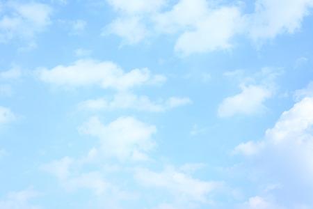 구름과 빛 푸른 봄 하늘을 배경으로 사용할 수 있습니다 스톡 콘텐츠 - 36651438