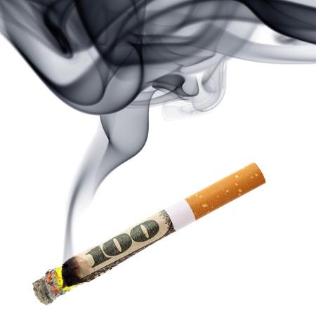 Kosten für das Rauchen - Zigarettenstummel mit Rauch über dem weißen Hintergrund