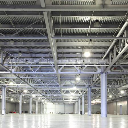巨大な空の倉庫の内部 写真素材