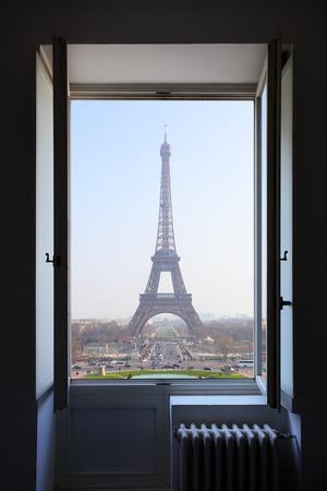 cielos abiertos: Abra la ventana y la Torre Eiffel detr�s
