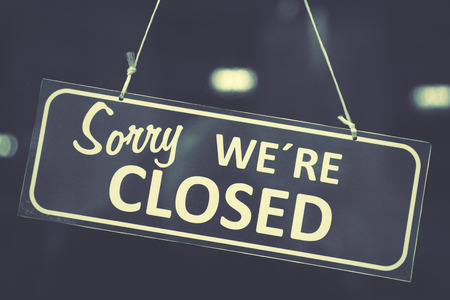 pardon: Closed sign dans une vitrine