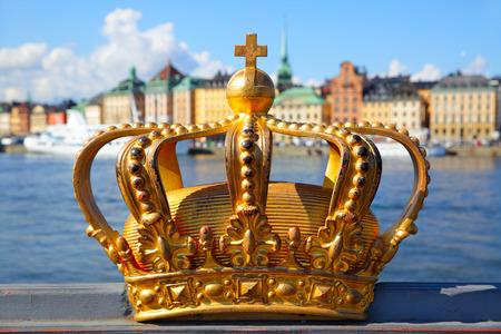 De kroon op een brug in Stockholm, Zweden Stockfoto