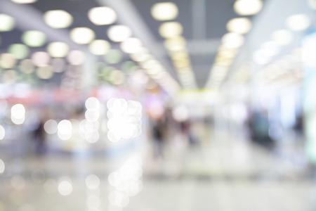 adentro y afuera: Luces de espacio en el aeropuerto esperando fuera de foco bokeh de fondo -