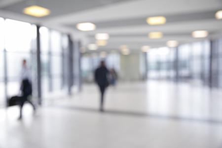 Corridor in luchthaven onscherp - bokeh achtergrond Stockfoto