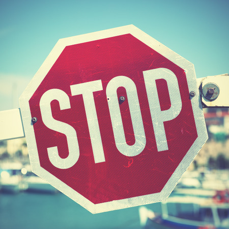 schlagbaum: Stoppen Sie Verkehrszeichen auf die Barriere. Retro-Stil Filtred Bild Lizenzfreie Bilder