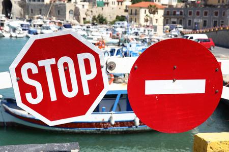 schlagbaum: Stoppen Sie Verkehr und kein Eintrag Zeichen auf der Sperr