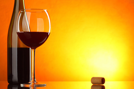 amarillo y negro: El vino tinto - todavía vida con el vidrio y la botella con gran espacio para el texto