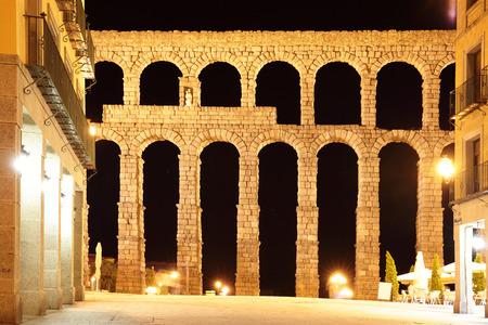 acueducto: Ancient Roman aqueduct in Segovia at night, Spain