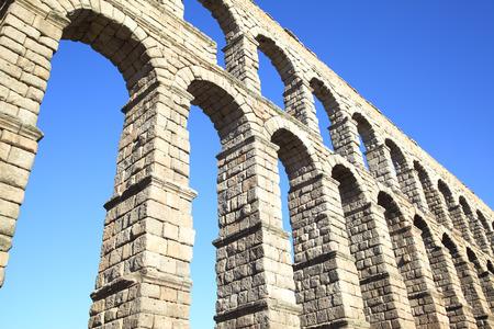 acueducto: Perspective of ancient roman aqueduct in Segovia, Spain