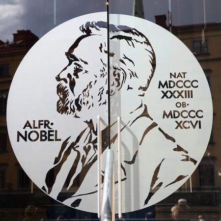 STOCKHOLM, Zweden - 21 mei 2015: Portret van Alfred Nobel op de glazen deur van de Zweedse Academie en Nobel Museum in Stockholm