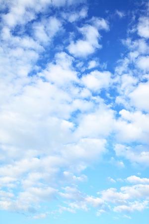 ciel avec nuages: Ciel bleu avec des nuages ??- peut être utilisé comme arrière-plan vertical