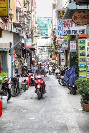 HO ホーチミン市, ベトナム - 2015 年 12 月 18 日: 通り店とホーチミン市サイゴン地区 1 のホステル