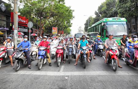 HO CHI ホーチミン市, ベトナム - 2015 年 12 月 18 日: 道路交通で、センターのホーチミン市 (サイゴン)