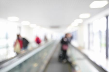 adentro y afuera: Calzada móvil en el aeropuerto fuera de foco