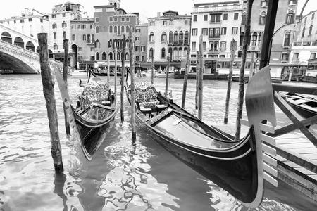 fondo blanco y negro: Góndolas en el canal magnífico cerca de Realto puente en Venecia, Italia. En blanco y negro