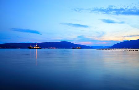 De baai van Kotor in de buurt van Tivat bij zonsondergang, Montenegro Stockfoto