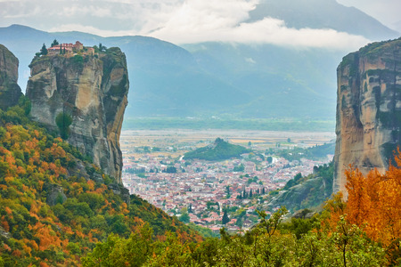Vew of rocks in The Meteora and The Holy Trinity monastery, Greece Banco de Imagens
