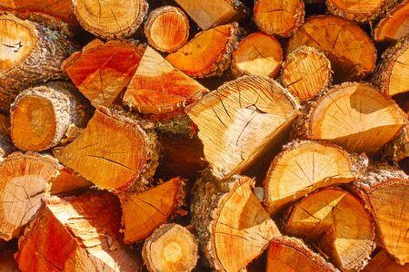 Bois de chauffage - bûches de bois hachées, fond texturé en bois