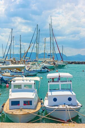 Fishing boats and yachts in the port of Aegina, Saronic Islands, Greece Stockfoto