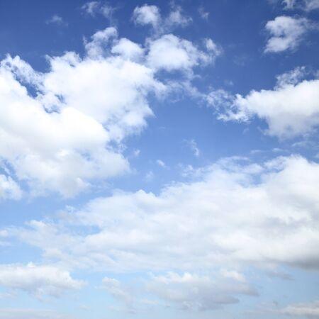 Seul le ciel bleu avec des nuages blancs peut être utilisé comme arrière-plan. Recadrage carré