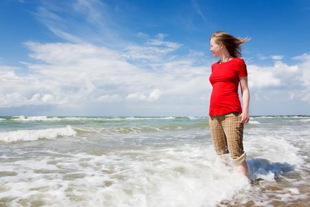 mujer mirando el horizonte: Chica mirando el mar