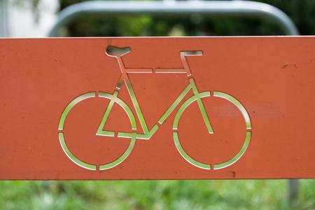 fietsteken op metalen plaat met gras op achtergrond. Stockfoto