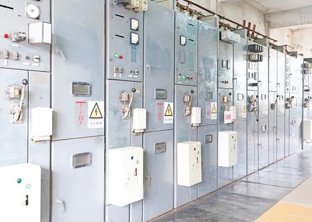 circuito electrico: Subestaci�n el�ctrica de distribuci�n de energ�a en una planta de energ�a. Foto de archivo