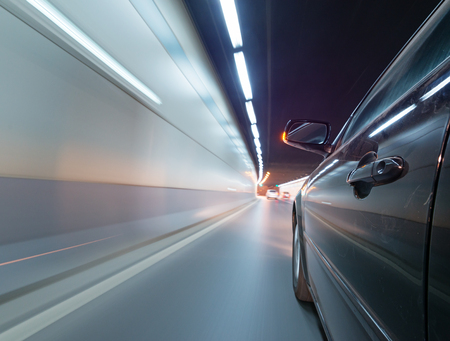 動きで道路上の車は、背景をぼかし