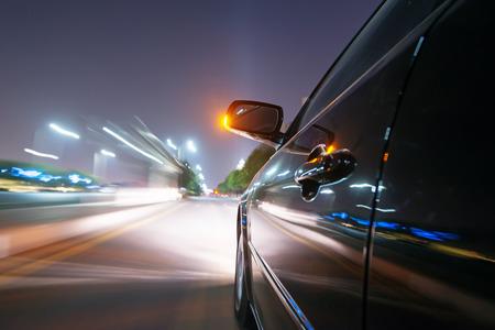 Auto op de weg met motion blur achtergrond Stockfoto