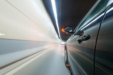 モーションブラーの背景を持つ道路上の車