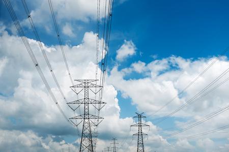 空の背景に電力タワー
