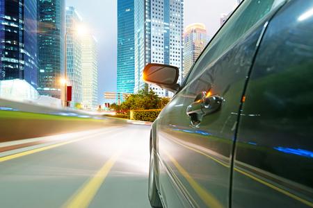 スピードを出した車都市を通過します。