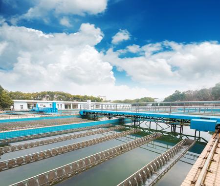 現代都市の廃水処理プラント