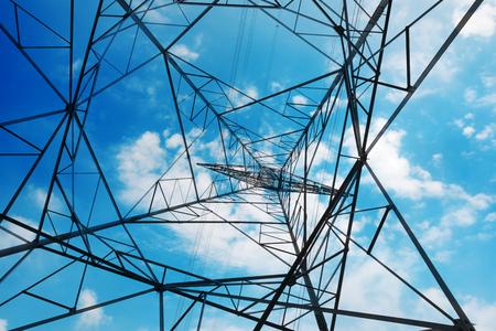 高圧鉄塔が空の背景のクローズ アップ