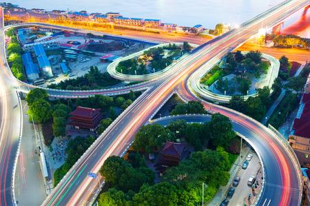 日暮れのインターチェンジの高架と高架道路を上海します。