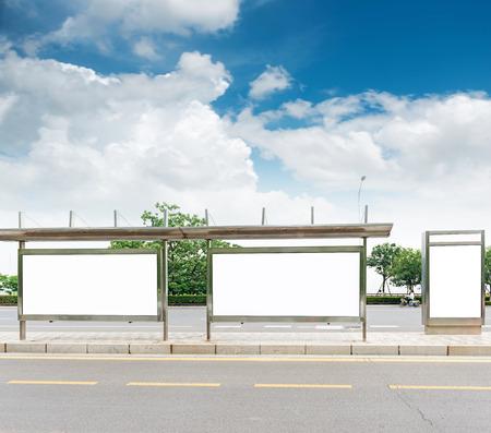 ステージ上のバス停看板