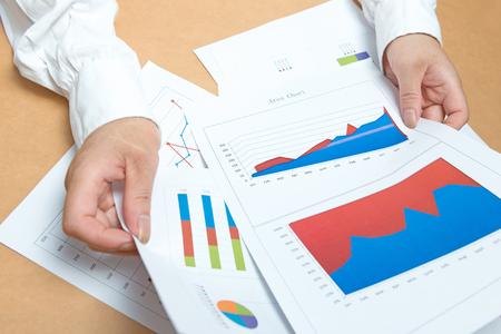 ビジネス、オフィス、税務、学校および教育コンセプト - 女性手グラフと紙と 写真素材