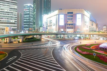 夜の都市を通してブラーライトで車を移動 報道画像