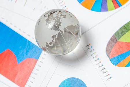 Glboe と机の上のグラフ ビジネス プレゼンテーション