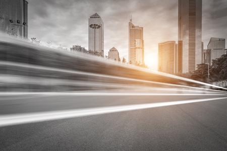 ミステリーの下で近代的な都市で忙しいアスファルト道路 写真素材