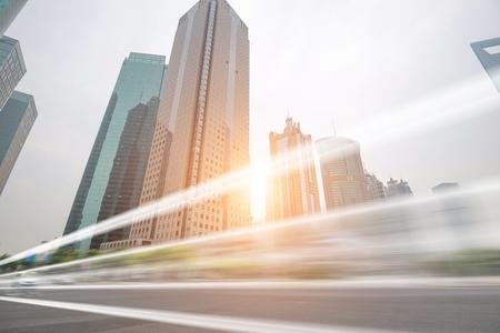 主要都市の忙しい道路の夕日